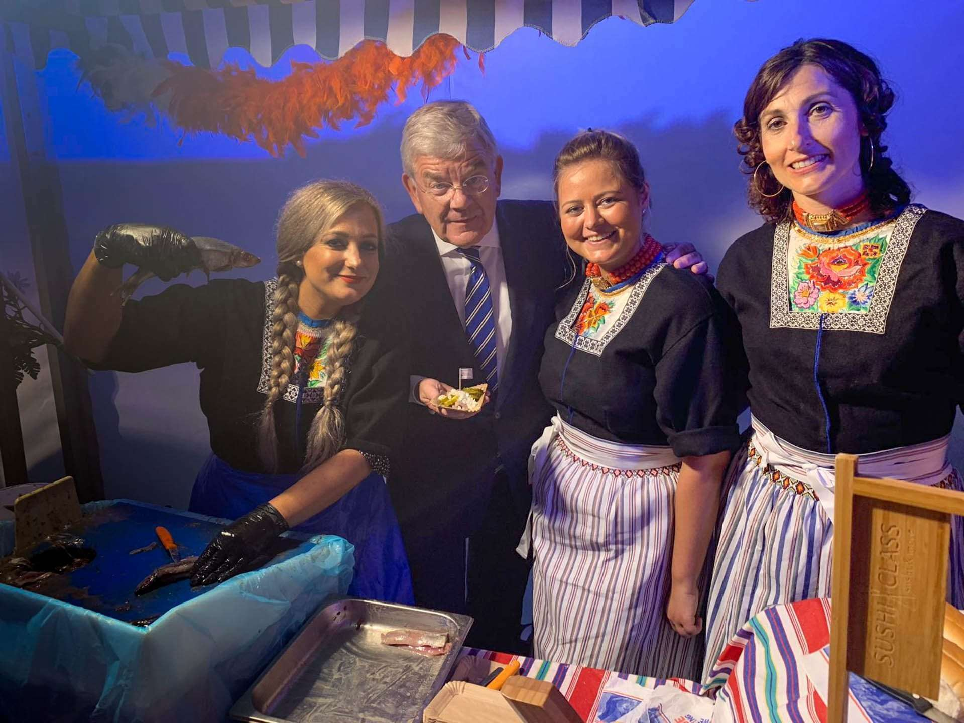 Burgermeester feliciteer Team Peter Tol met overwinning